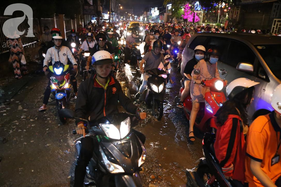 Kẹt xe kinh hoàng kéo dài hơn 2 giờ, người Sài Gòn bì bõm lội nước, mệt mỏi tìm lối thoát để về nhà - Ảnh 9.