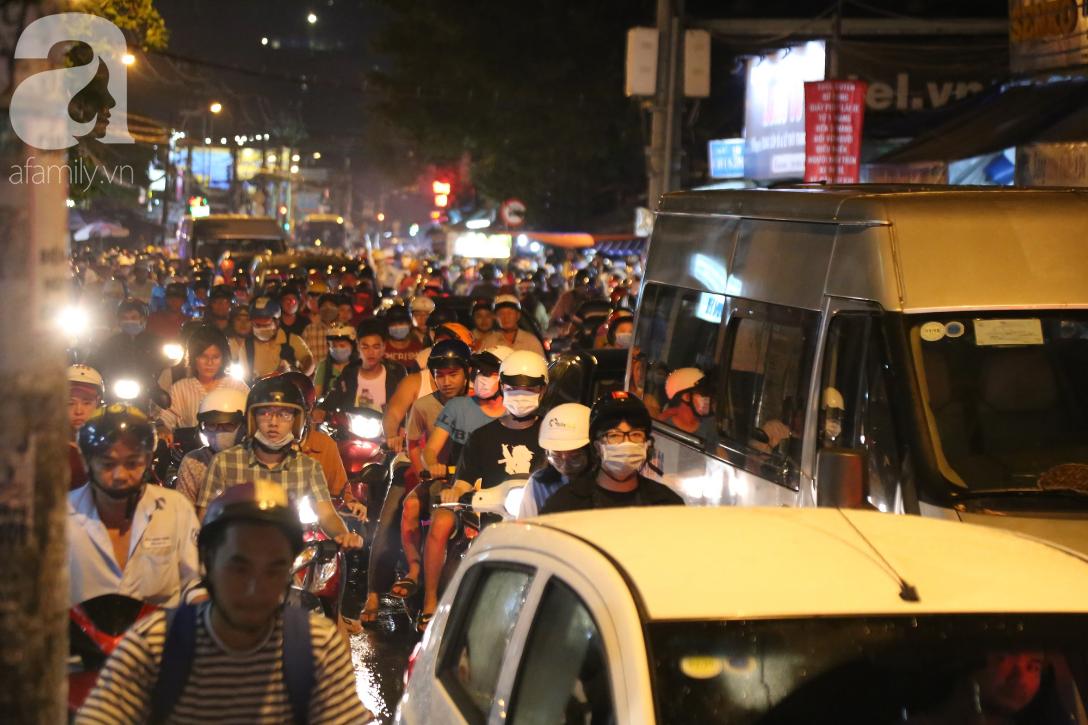 Kẹt xe kinh hoàng kéo dài hơn 2 giờ, người Sài Gòn bì bõm lội nước, mệt mỏi tìm lối thoát để về nhà - Ảnh 10.