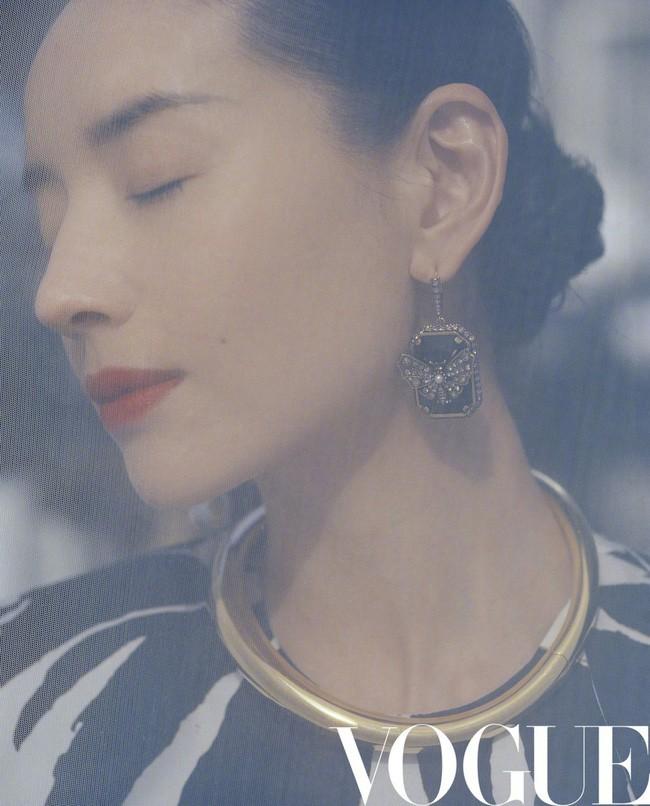 Hai nàng Phú Sát Hoàng Hậu đụng độ nhan sắc trên bìa tạp chí: Tần Lam - Đổng Khiết ai hơn ai? - Ảnh 1.