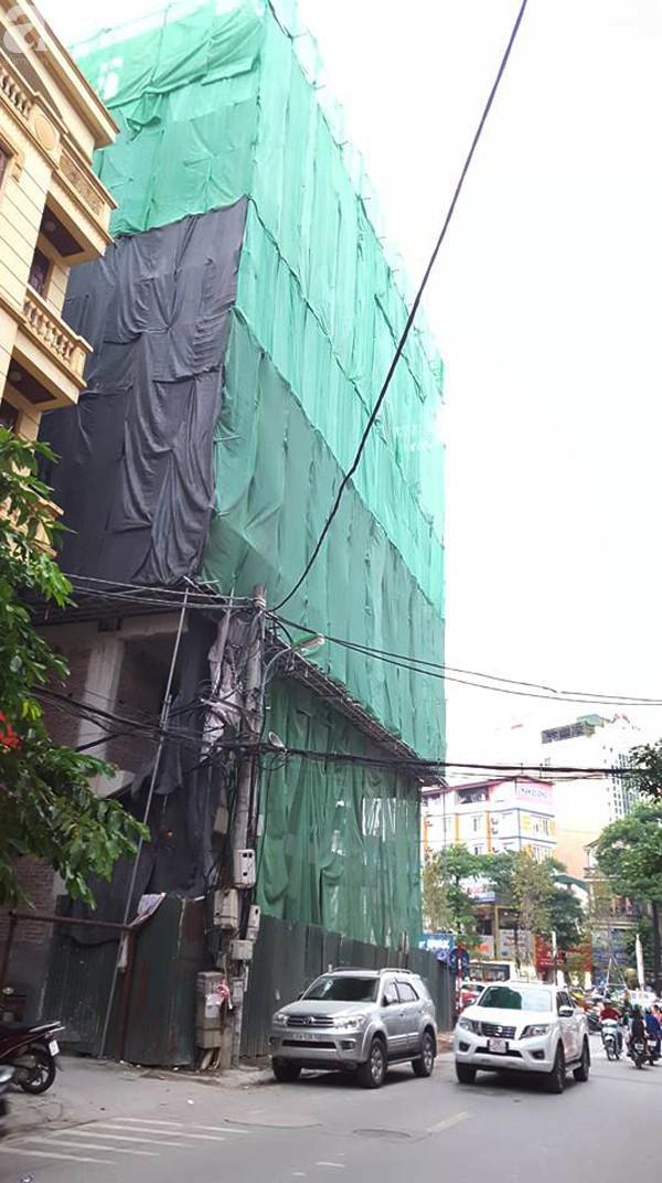 Hà Nội: Đang đỗ ven đường, ô tô 7 chỗ bị thanh thép dài 3m rơi thủng kính lái - Ảnh 7.