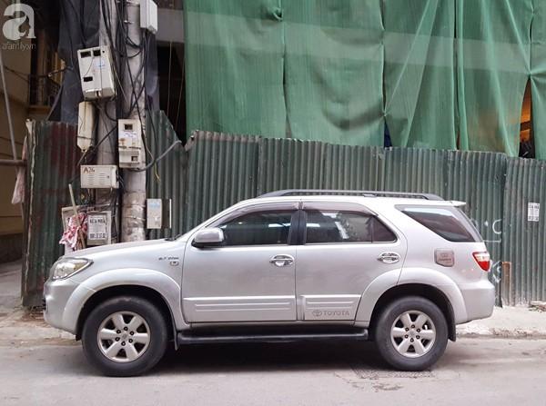 Hà Nội: Đang đỗ ven đường, ô tô 7 chỗ bị thanh thép dài 3m rơi thủng kính lái - Ảnh 4.