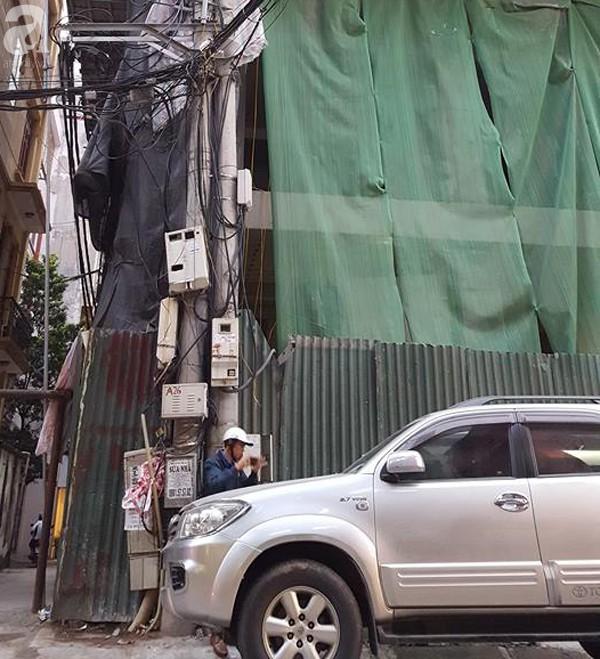 Hà Nội: Đang đỗ ven đường, ô tô 7 chỗ bị thanh thép dài 3m rơi thủng kính lái - Ảnh 5.