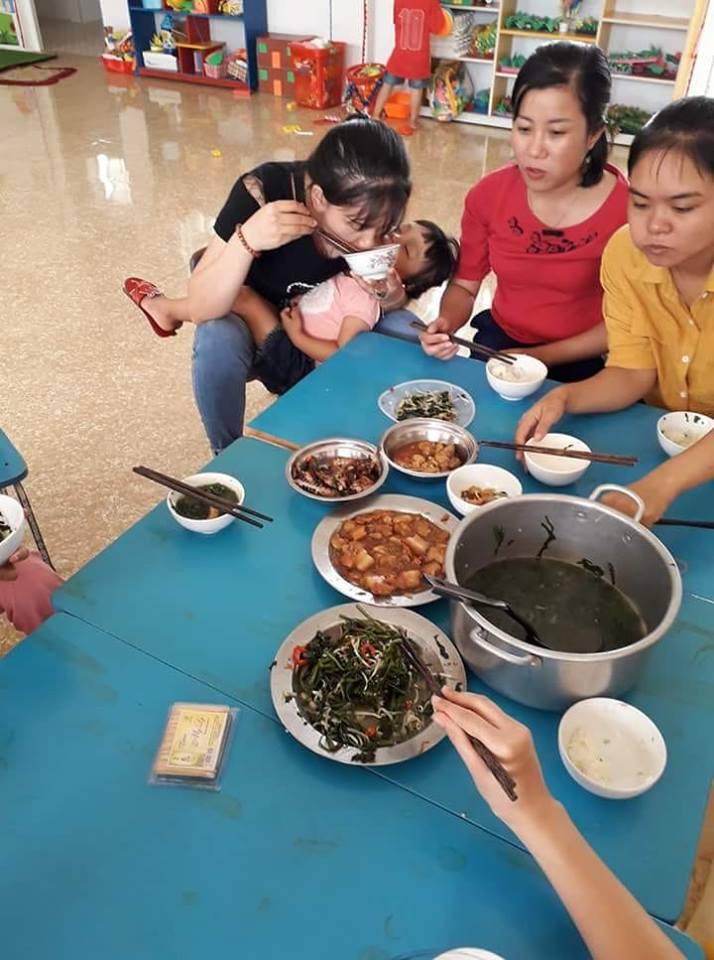 Bức Ảnh Bữa Trưa Vội Vã, Vừa Ăn Vừa Bế Trẻ Của Cô Giáo Mầm
