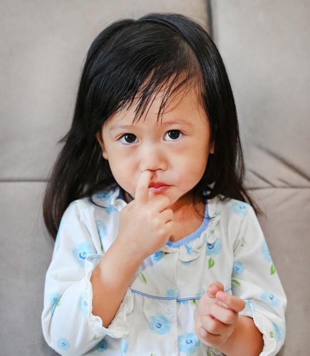 Bố mẹ có biết: Thói quen tưởng chỉ gây mất vệ sinh nhẹ này cũng có thể khiến trẻ mắc bệnh viêm phổi - Ảnh 1.