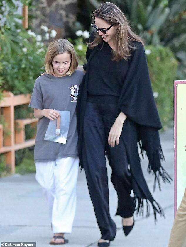 Angelina Jolie cười tươi rạng rỡ cùng con gái dạo phố, mặc kệ tin đồn hẹn hò của chồng cũ - Ảnh 1.
