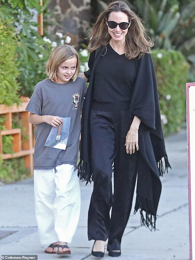 Angelina Jolie cười tươi rạng rỡ cùng con gái dạo phố, mặc kệ tin đồn hẹn hò của chồng cũ - Ảnh 2.
