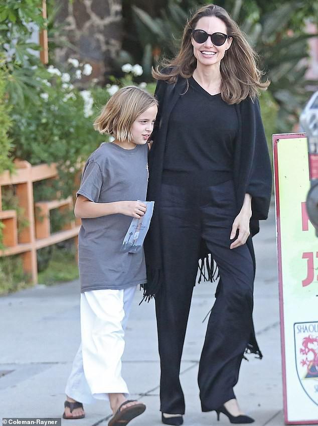 Angelina Jolie cười tươi rạng rỡ cùng con gái dạo phố, mặc kệ tin đồn hẹn hò của chồng cũ - Ảnh 3.