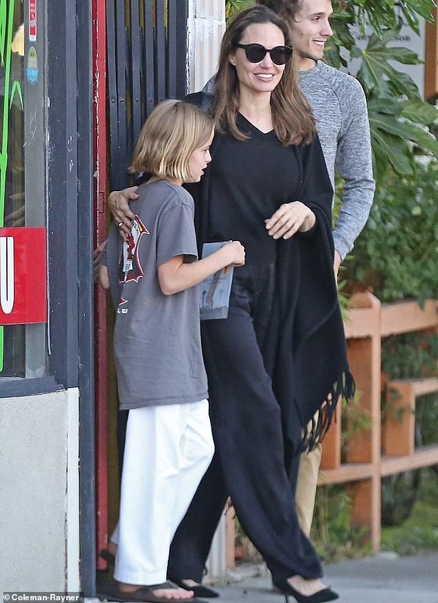 Angelina Jolie cười tươi rạng rỡ cùng con gái dạo phố, mặc kệ tin đồn hẹn hò của chồng cũ - Ảnh 4.