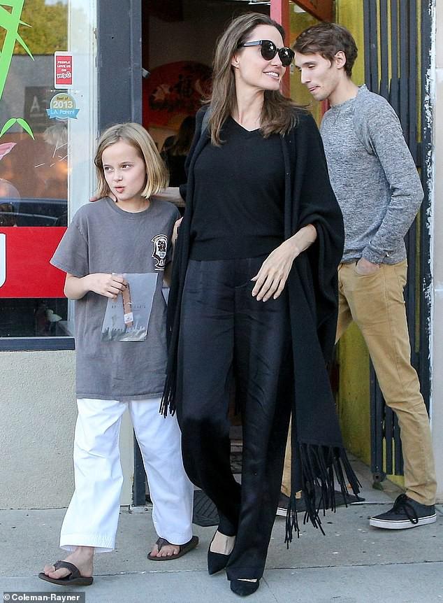 Angelina Jolie cười tươi rạng rỡ cùng con gái dạo phố, mặc kệ tin đồn hẹn hò của chồng cũ - Ảnh 5.
