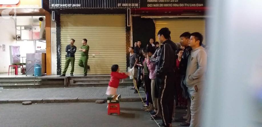 Vụ bé sơ sinh rơi từ tầng cao ở HH Linh Đàm: Lực lượng chức năng đưa thi thể bé đi trong thương xót - Ảnh 5.
