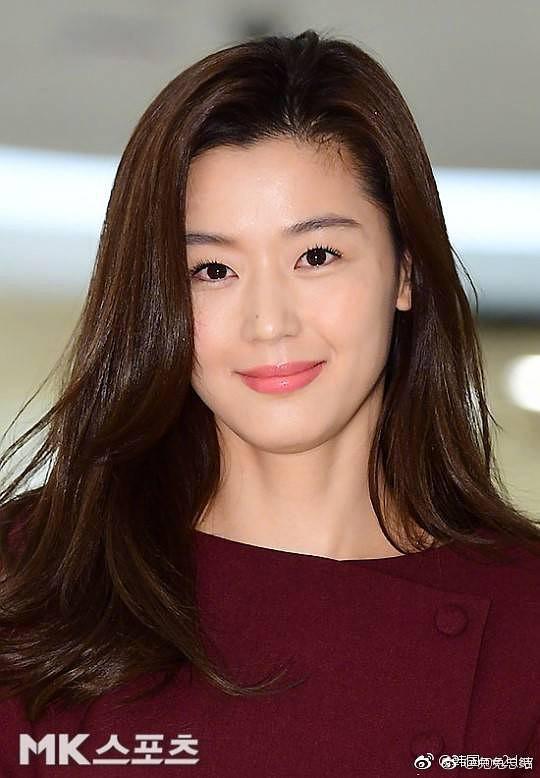 """Bất ngờ với hình ảnh mới của Jeon Ji Hyun: Nhan sắc hoàn hảo """"không góc chết"""" nhưng lộ bàn tay gân guốc - Ảnh 2."""