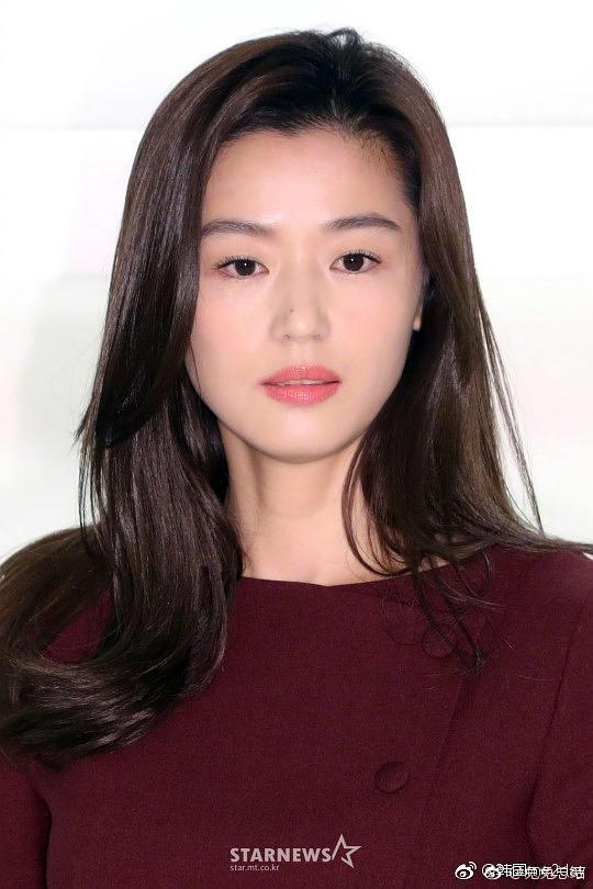 """Bất ngờ với hình ảnh mới của Jeon Ji Hyun: Nhan sắc hoàn hảo """"không góc chết"""" nhưng lộ bàn tay gân guốc - Ảnh 3."""