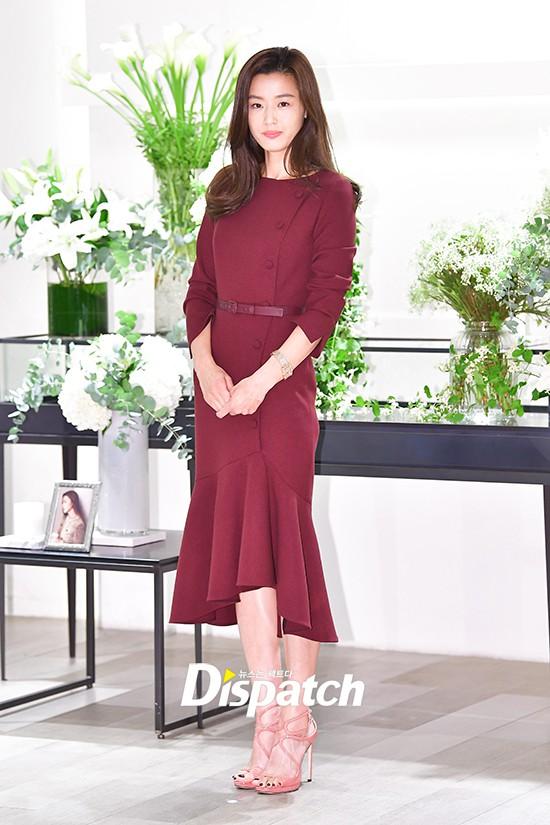 """Bất ngờ với hình ảnh mới của Jeon Ji Hyun: Nhan sắc hoàn hảo """"không góc chết"""" nhưng lộ bàn tay gân guốc - Ảnh 4."""