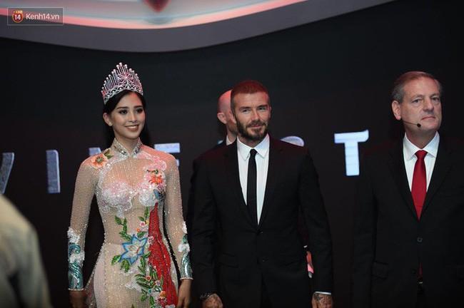Diện áo dài sóng đôi cùng danh thủ David Beckham, nhưng không ngờ HH Tiểu Vy lại mặc lại thiết kế mà HHen Niê đã mặc từ trước - Ảnh 4.