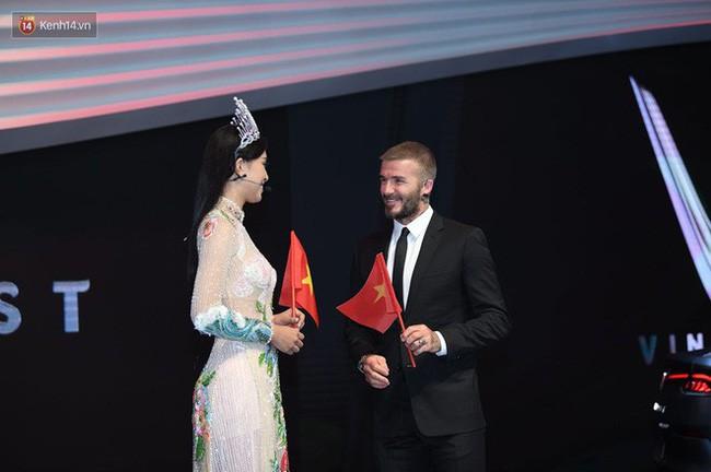 Diện áo dài sóng đôi cùng danh thủ David Beckham, nhưng không ngờ HH Tiểu Vy lại mặc lại thiết kế mà HHen Niê đã mặc từ trước - Ảnh 5.