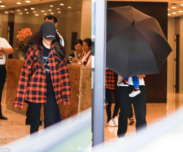 Nhất quyết không để lộ mặt con, Huỳnh Hiểu Minh - Angelababy dùng ô che chắn cho quý tử  - Ảnh 2.
