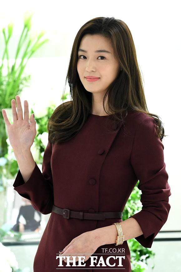 """Bất ngờ với hình ảnh mới của Jeon Ji Hyun: Nhan sắc hoàn hảo """"không góc chết"""" nhưng lộ bàn tay gân guốc - Ảnh 1."""