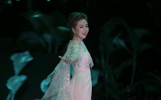 """""""Cô gái thời tiết"""" Mai Ngọc xúc động sải bước cùng 9 cô dâu khác trong vườn địa đàng của Calla - Ảnh 3."""