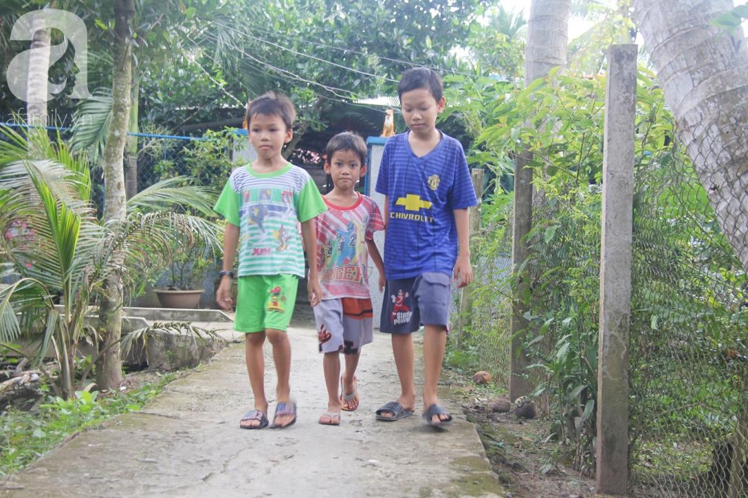 4 đứa trẻ mồ côi cha, ốm trơ xương vì đói ăn bên bà nội già yếu sau khi mẹ bỏ đi lấy chồng mới 4