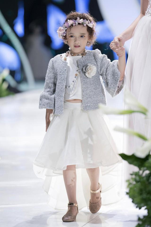 Ngắm nhìn những mẫu váy cưới đẹp mắt dành cho các bé thiên thần 3 - 9 tuổi từ BST Calla Kids của NTK Phương Linh - Ảnh 10.