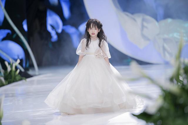 Ngắm nhìn những mẫu váy cưới đẹp mắt dành cho các bé thiên thần 3 - 9 tuổi từ BST Calla Kids của NTK Phương Linh - Ảnh 11.