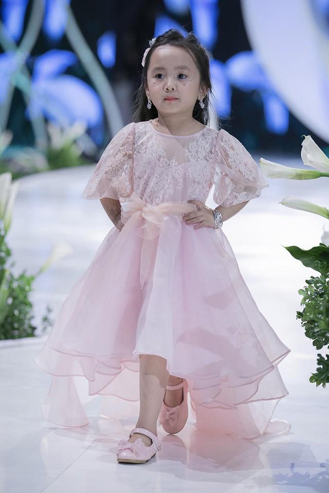 Ngắm nhìn những mẫu váy cưới đẹp mắt dành cho các bé thiên thần 3 - 9 tuổi từ BST Calla Kids của NTK Phương Linh - Ảnh 12.