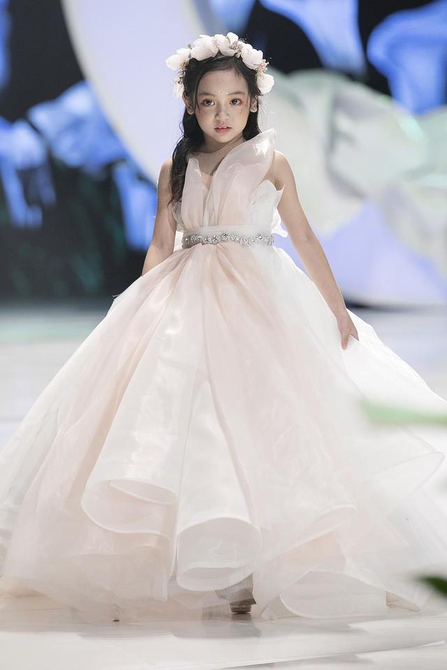 Ngắm nhìn những mẫu váy cưới đẹp mắt dành cho các bé thiên thần 3 - 9 tuổi từ BST Calla Kids của NTK Phương Linh - Ảnh 2.