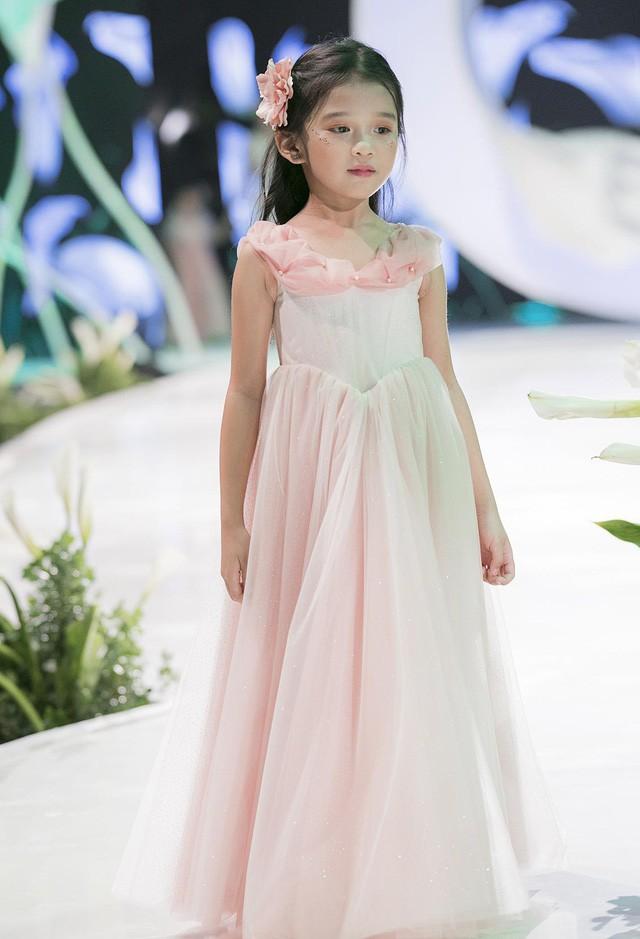 Ngắm nhìn những mẫu váy cưới đẹp mắt dành cho các bé thiên thần 3 - 9 tuổi từ BST Calla Kids của NTK Phương Linh - Ảnh 3.