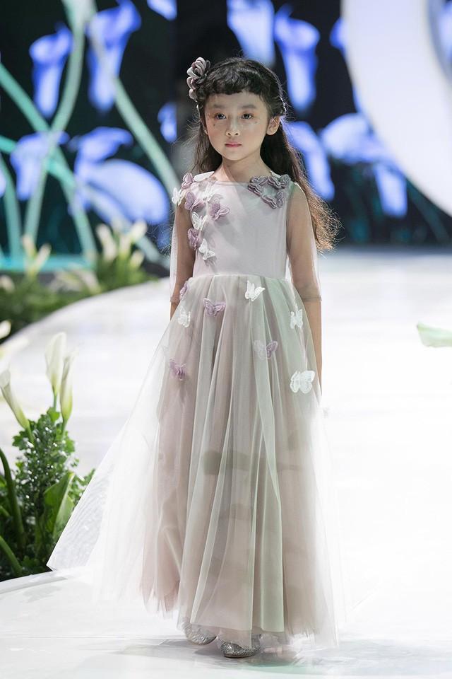 Ngắm nhìn những mẫu váy cưới đẹp mắt dành cho các bé thiên thần 3 - 9 tuổi từ BST Calla Kids của NTK Phương Linh - Ảnh 4.