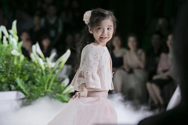 Ngắm nhìn những mẫu váy cưới đẹp mắt dành cho các bé thiên thần 3 - 9 tuổi từ BST Calla Kids của NTK Phương Linh - Ảnh 6.