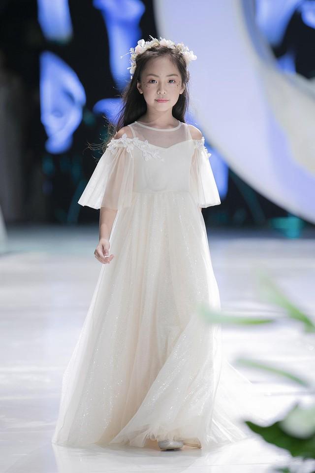Ngắm nhìn những mẫu váy cưới đẹp mắt dành cho các bé thiên thần 3 - 9 tuổi từ BST Calla Kids của NTK Phương Linh - Ảnh 7.