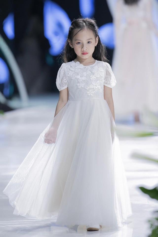 Ngắm nhìn những mẫu váy cưới đẹp mắt dành cho các bé thiên thần 3 - 9 tuổi từ BST Calla Kids của NTK Phương Linh - Ảnh 9.