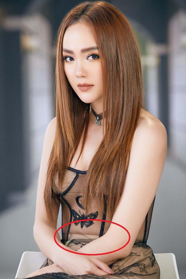 """Dù để lộ ngấn bụng, Minh Hằng vẫn đẹp """"bất phân thắng bại"""" với Phạm Hương khi diện chung mẫu đầm xuyên thấu - Ảnh 2."""