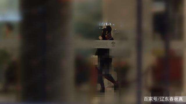 Phạm Băng Băng lọ mọ đêm hôm một mình ở sân bay sau tin thiếu tiền phải bán quần áo cũ - Ảnh 1.