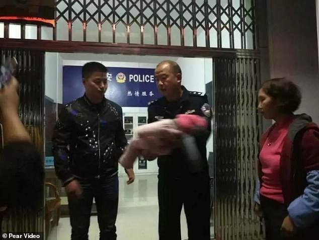 Bi tu choi cho tham chau gai moi de, ba noi sinh nghi, khong ngo phat giac hanh dong dang so cua con trai minh