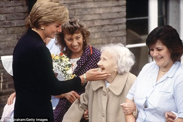 Với loạt chi tiết này, báo Anh tin rằng cả Hoàng gia đang xem Meghan Markle như Công nương Diana thứ 2 - Ảnh 5.