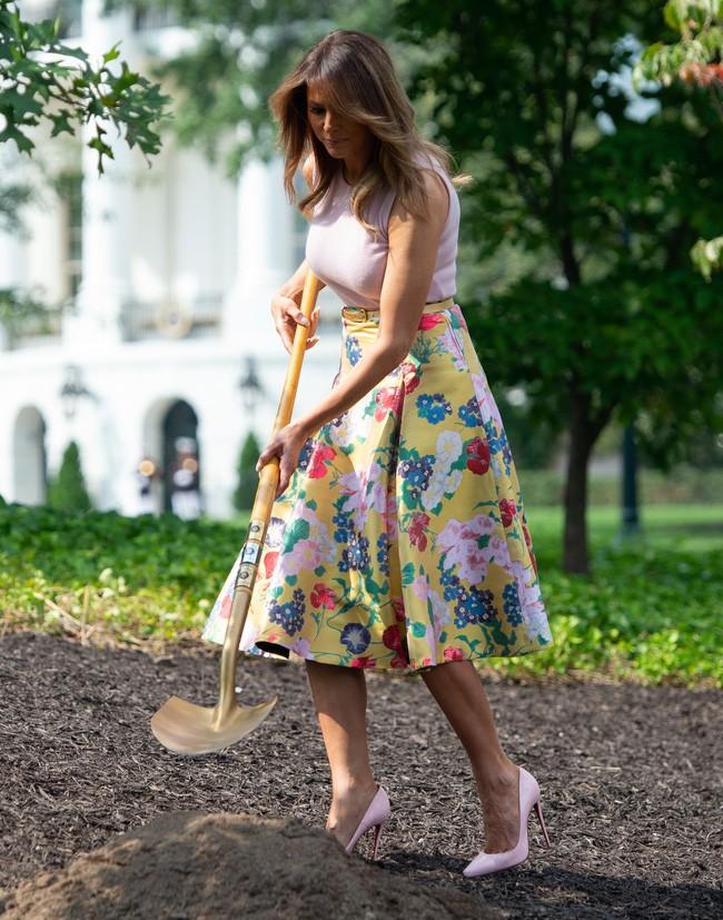 Những lần bà Melania Trump bị chỉ trích đã chứng minh: Mặc đẹp thôi chưa đủ, trang phục còn cần phải hợp hoàn cảnh nữa - Ảnh 7.