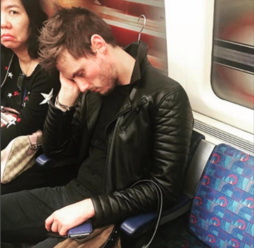 Những hình ảnh dở khóc dở cười bắt gặp trên tàu điện sẽ khiến bạn quên
