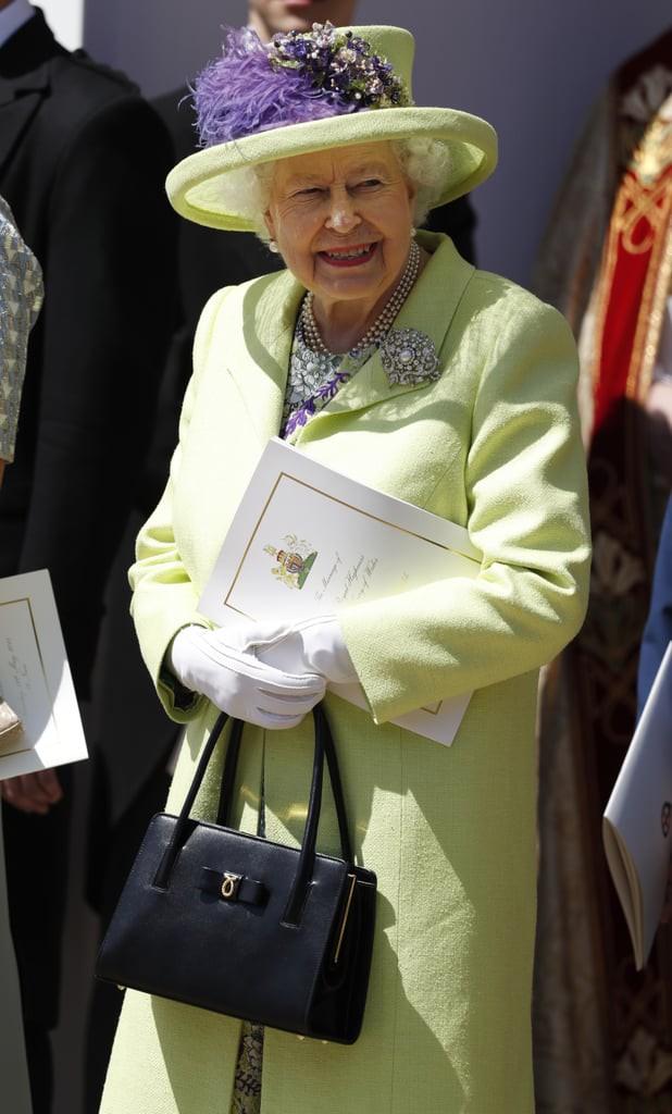 Liên tục thay đổi màu sắc trang phục, duy chỉ có món đồ này là Nữ hoàng Anh hết mực chung tình từ thời trẻ đến tận bây giờ - Ảnh 8.