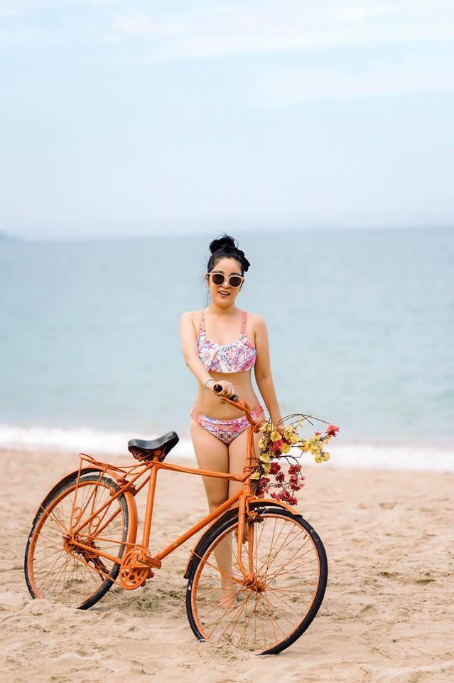 42 tuổi, danh hài Thúy Nga vẫn tự tin diện bikini khoe dáng sexy trên bãi biển - Ảnh 1.