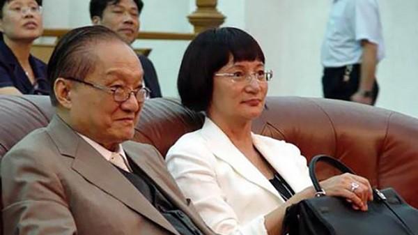 Nhìn hai người vợ của nhà văn Kim Dung đi, thất bại của cơm và sự lên ngôi của phở là bài học giá trị cho chị em đấy! - Ảnh 2.