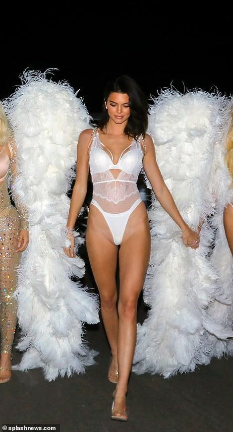 Chưa biết Victorias Secret show năm nay thế nào nhưng riêng màn biến hình của chị em nhà Kim đã chiếm trọn spotlight rồi - Ảnh 4.
