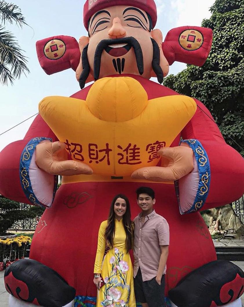 Thiếu gia em chồng Hà Tăng - Hiếu Nguyễn nắm chặt tay bạn gái, kỷ niệm 1 năm yêu ngọt ngào - Ảnh 2.