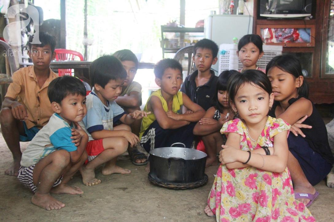 Nụ cười hạnh phúc của 11 đứa trẻ bị bố mẹ bỏ rơi: Tụi con được ăn cơm với cá thịt và đi học tiếp - Ảnh 5.