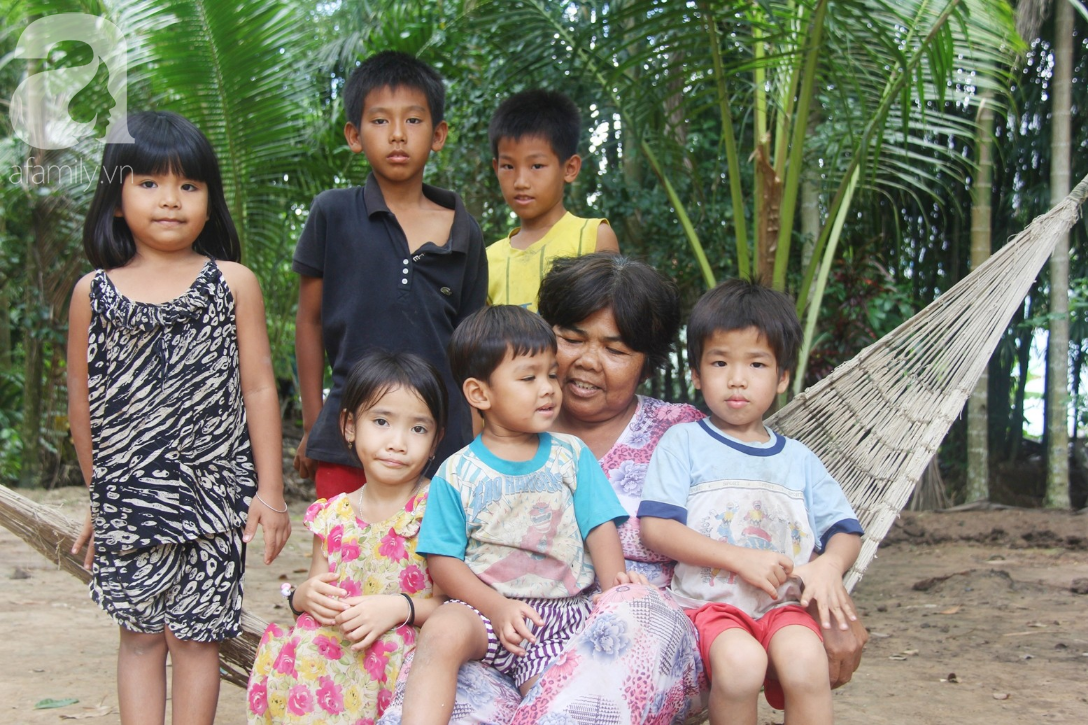 Nụ cười hạnh phúc của 11 đứa trẻ bị bố mẹ bỏ rơi: Tụi con được ăn cơm với cá thịt và đi học tiếp - Ảnh 3.