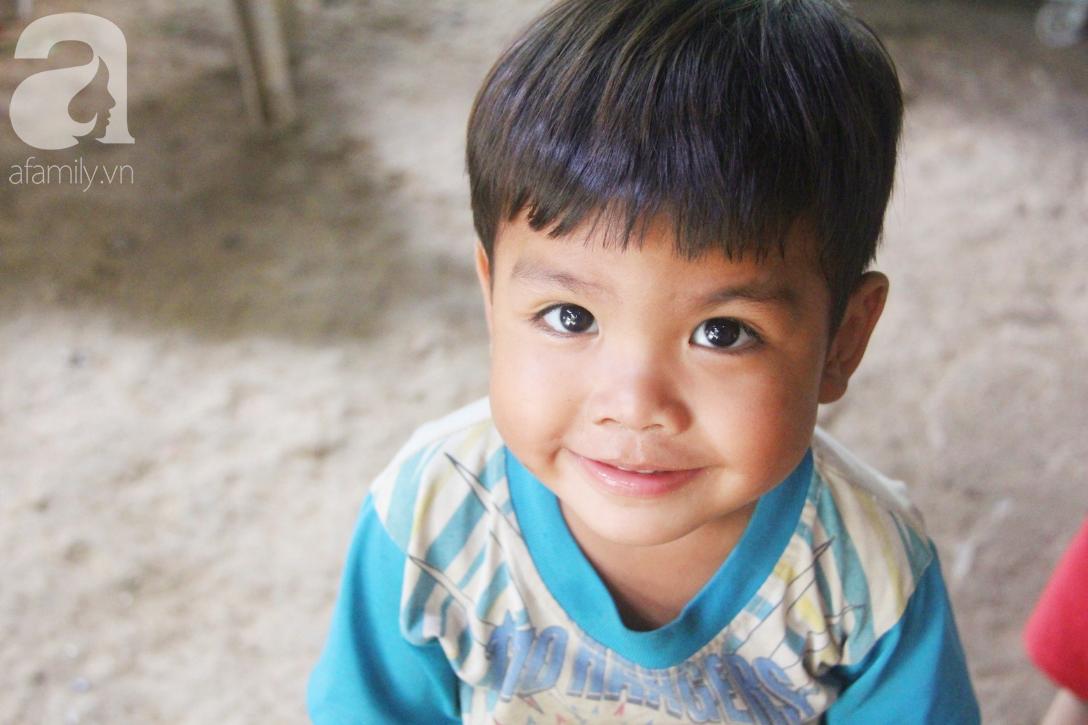 Nụ cười hạnh phúc của 11 đứa trẻ bị bố mẹ bỏ rơi: Tụi con được ăn cơm với cá thịt và đi học tiếp - Ảnh 4.