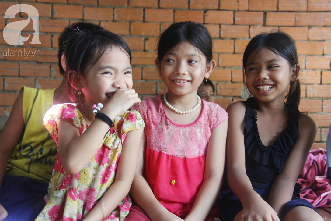 Nụ cười hạnh phúc của 11 đứa trẻ bị bố mẹ bỏ rơi: Tụi con được ăn cơm với cá thịt và đi học tiếp - Ảnh 8.