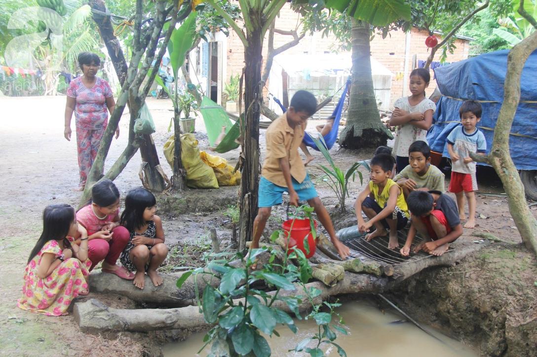Nụ cười hạnh phúc của 11 đứa trẻ bị bố mẹ bỏ rơi: Tụi con được ăn cơm với cá thịt và đi học tiếp - Ảnh 9.