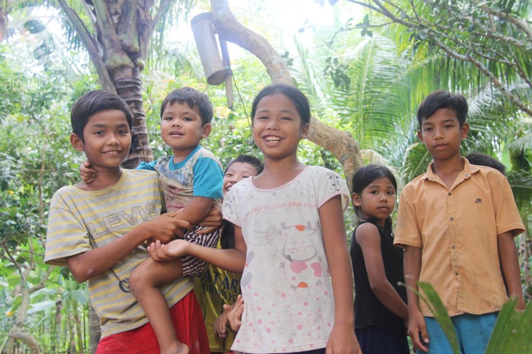Nụ cười hạnh phúc của 11 đứa trẻ bị bố mẹ bỏ rơi: Tụi con được ăn cơm với cá thịt và đi học tiếp - Ảnh 1.