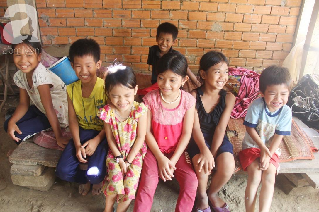 Nụ cười hạnh phúc của 11 đứa trẻ bị bố mẹ bỏ rơi: Tụi con được ăn cơm với cá thịt và đi học tiếp - Ảnh 2.
